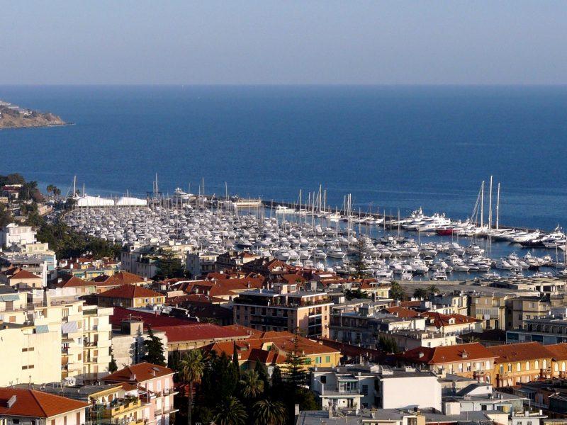 Sanremo-panorama_città_e_porto_dal_santuario_madonna_della_costa1