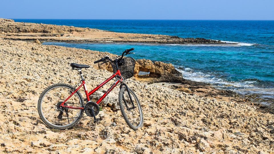 fietsen langs de kust van Pista Ciclabile